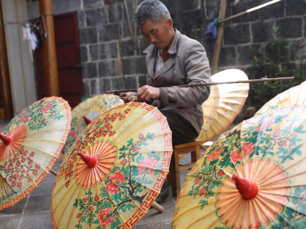 Century-old oil-paper umbrellas full of new vitality in Xingyang, Yunnan