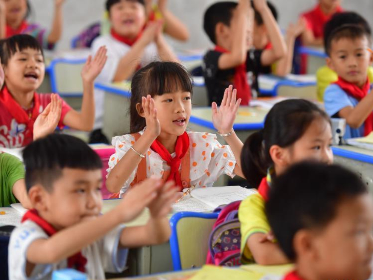 Children in poverty-stricken areas in Guangxi enjoy better life and education