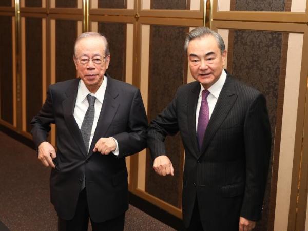 Wang Yi discusses China-Japan ties with former Japanese PM Fukuda