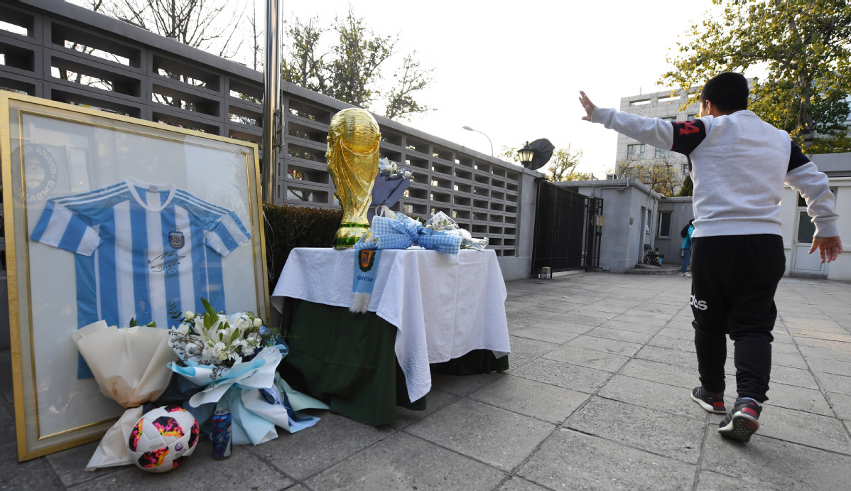 Chinese fans pay tribute to Maradona
