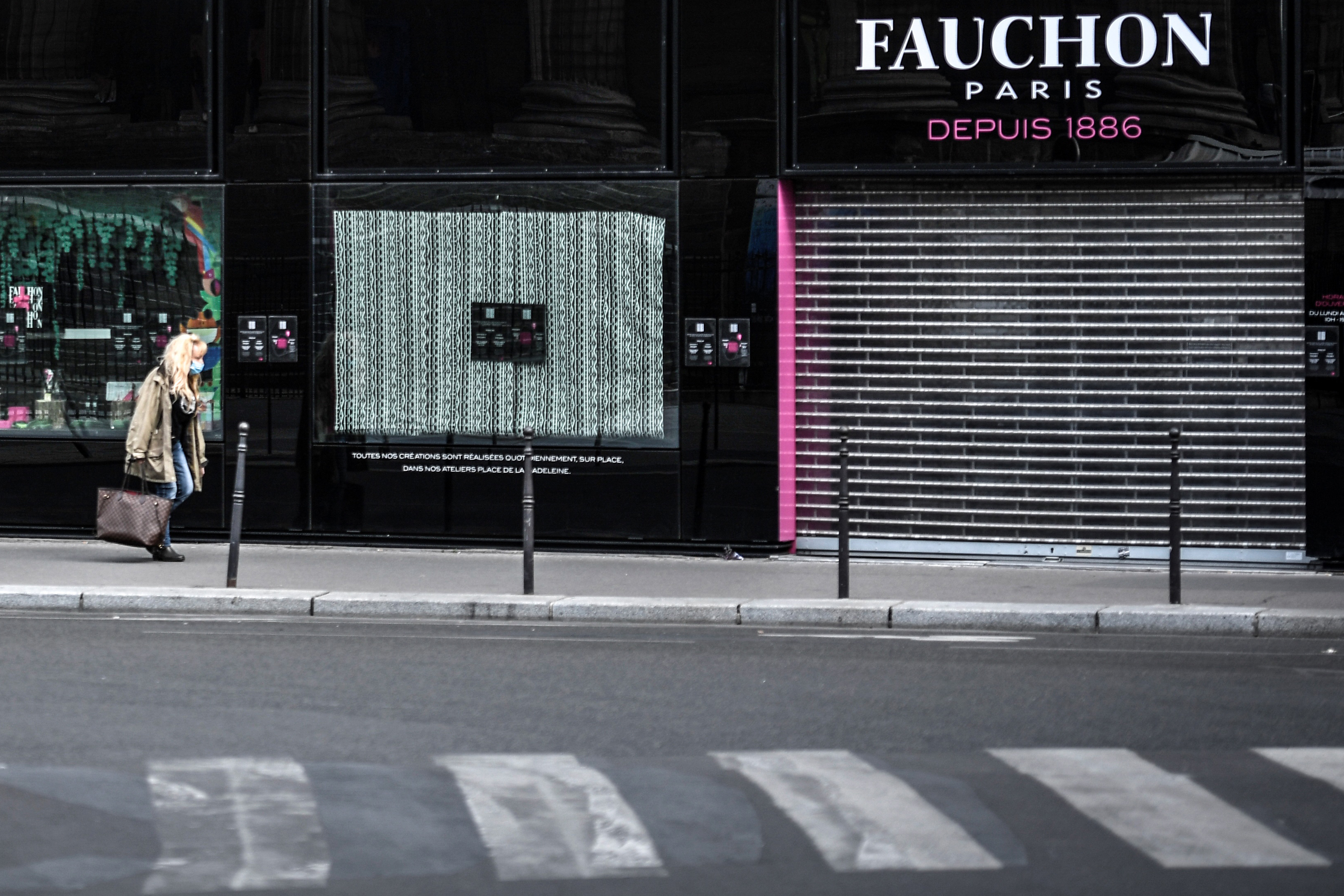 France's consumer confidence hits two-year low in November
