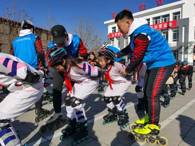 Rural pupils in Hebei receive in-line skates
