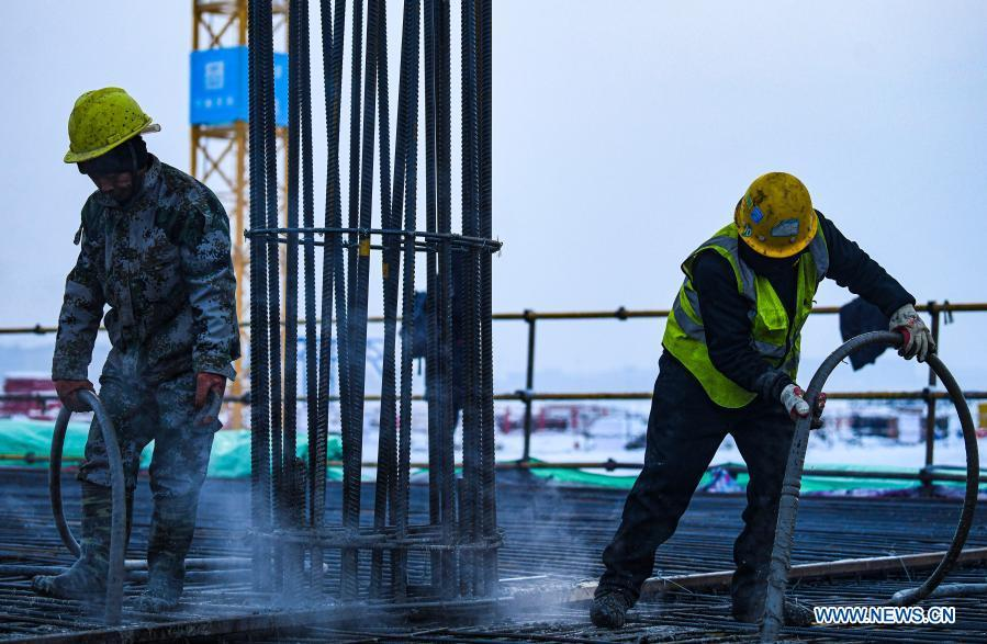 Constructors work at site of Urumqi Airport expansion project