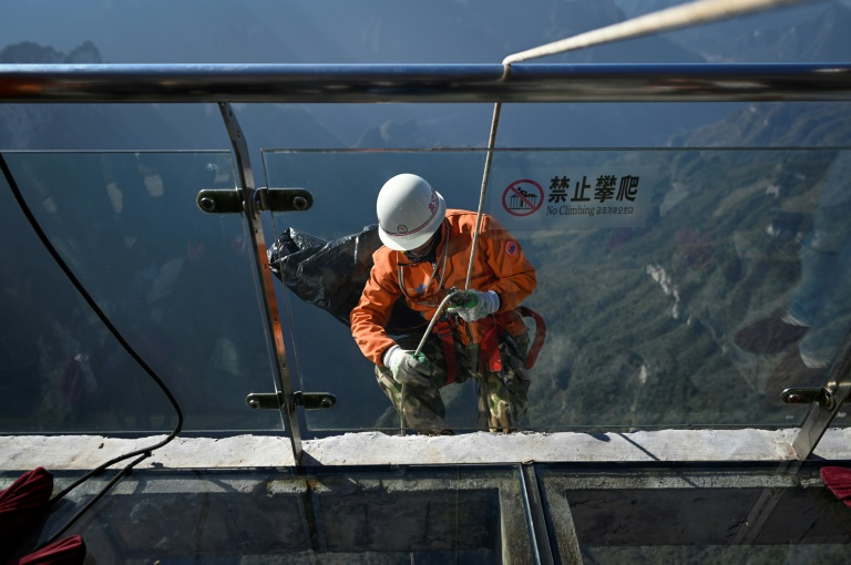 China's 'Spidermen': Litter-picking over the abyss