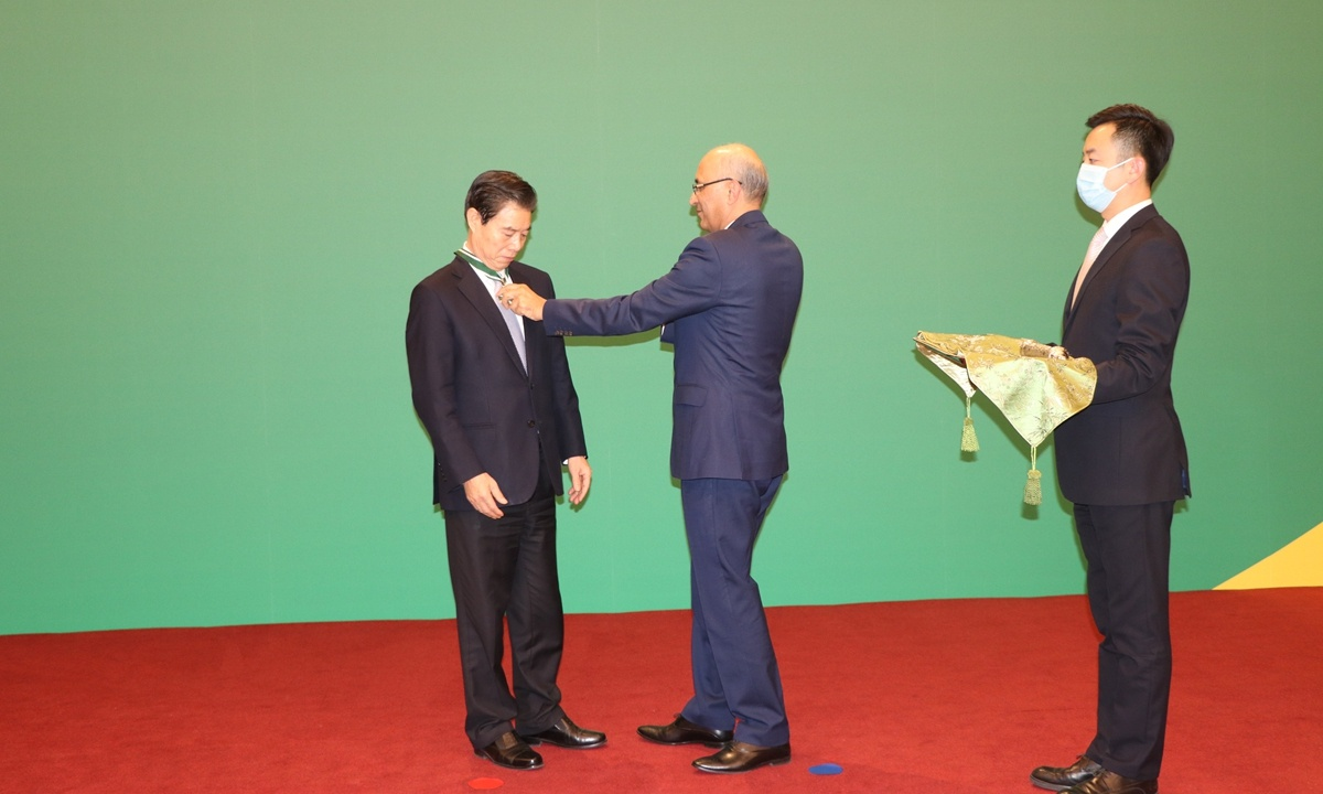 China's Commerce Minister honored by Pakistan for improving bilateral friendship