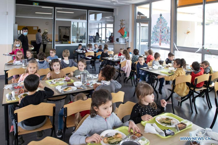 Michelin one-star chef cooks lunch for children in Biot, France