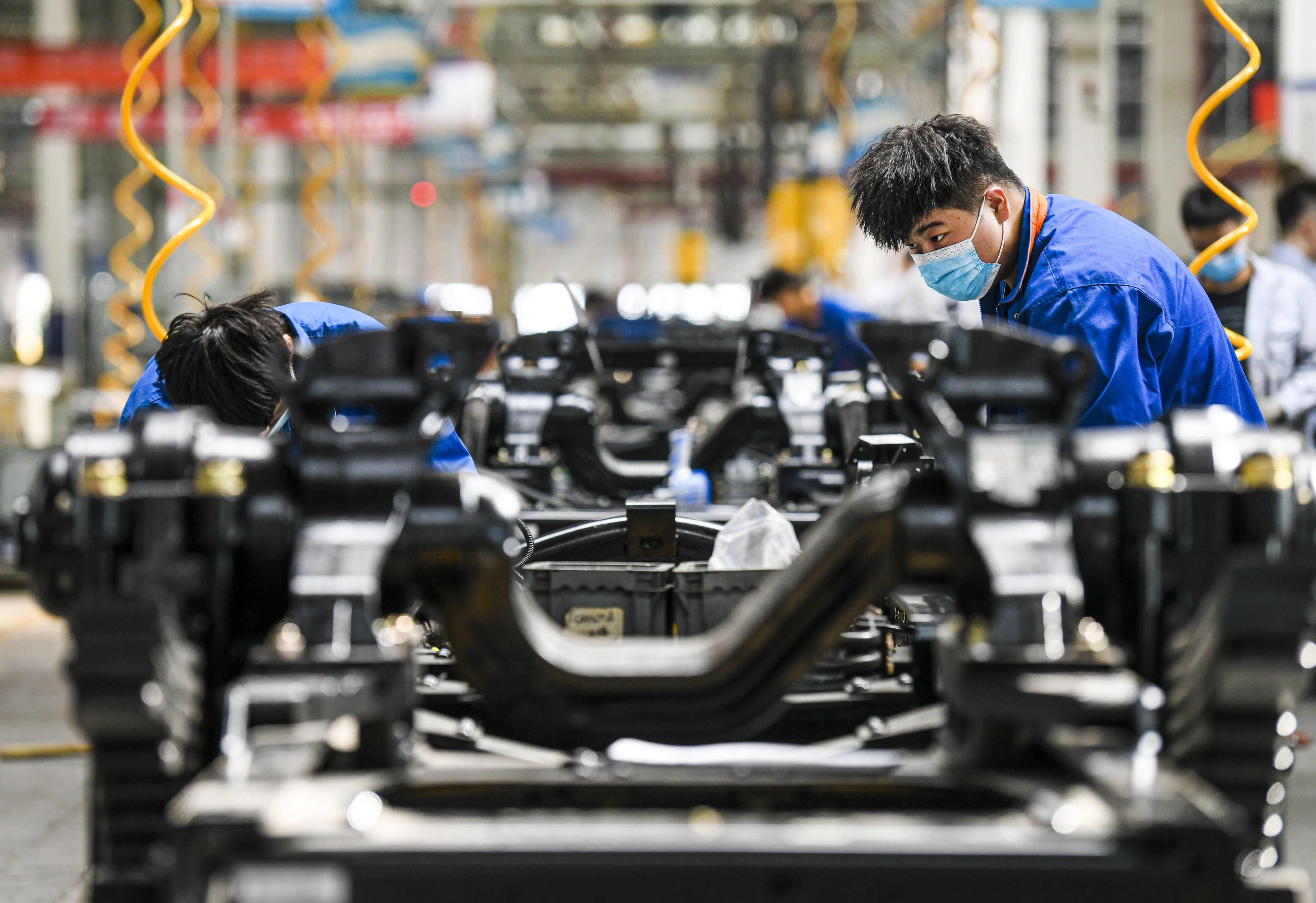 Chinese auto makers seek way out of chip shortage