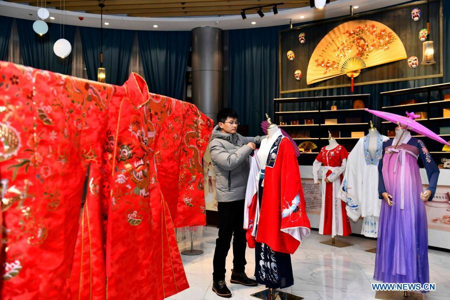 Graduate returns home to start own business in Caoxian County, E China