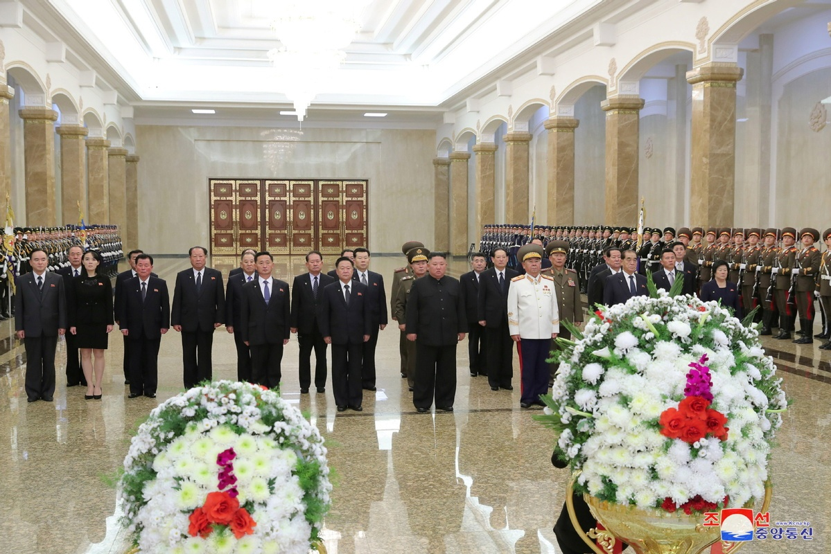 DPRK leader visits Kumsusan Palace of Sun on national memorial day