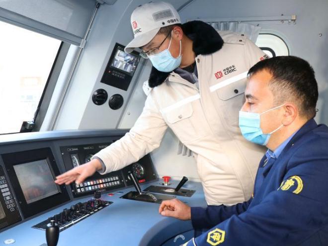 Uzbekistan receives heavy-duty electric locomotives from China