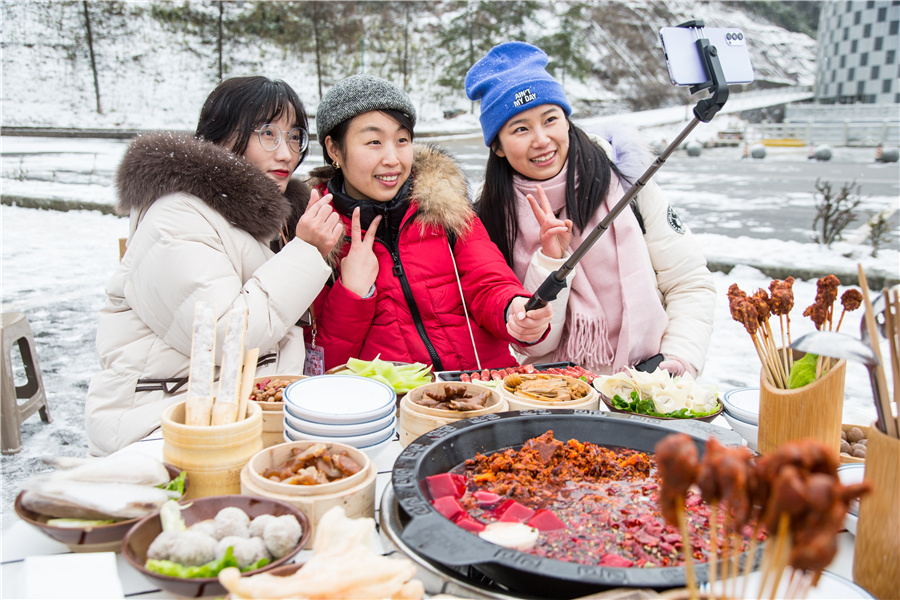 Ice, snow and hotpot spice up Chongqing
