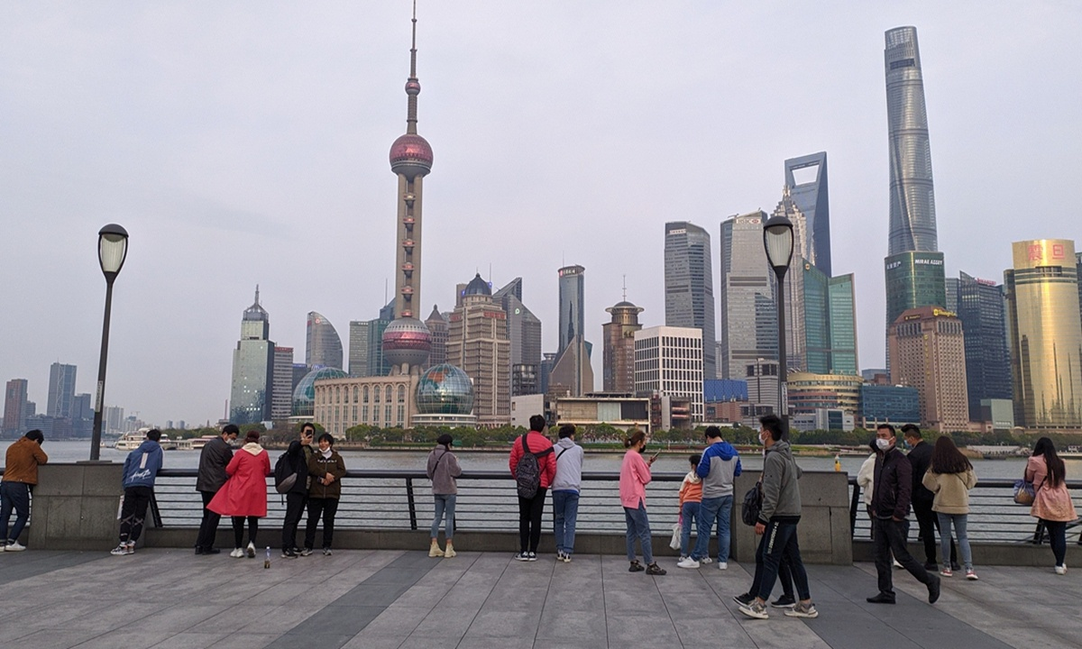Two Japanese obtain first batch of work permits for entrepreneurial foreign talents in Shanghai