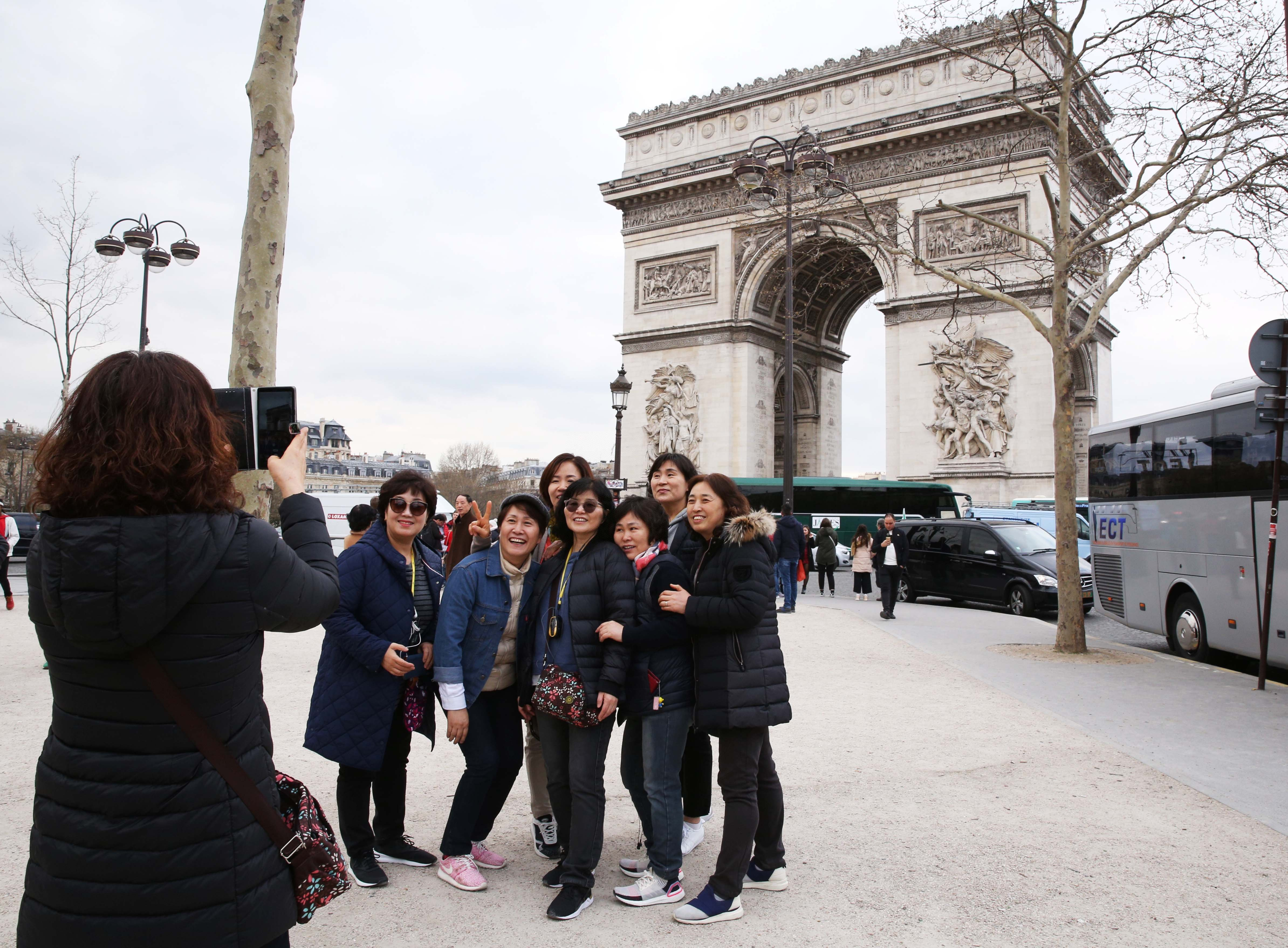 Chinese people asked to avoid non-essential overseas travel during holidays