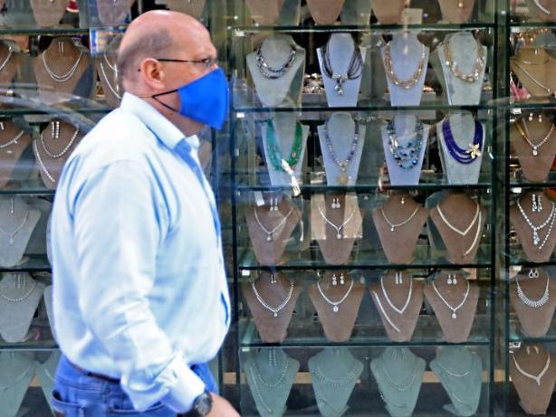 Feature: Lebanon's famous shopping street sees sluggish festival season during economic crisis
