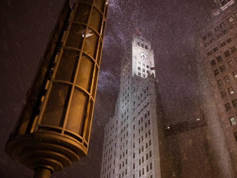 First major winter storm hits Chicago