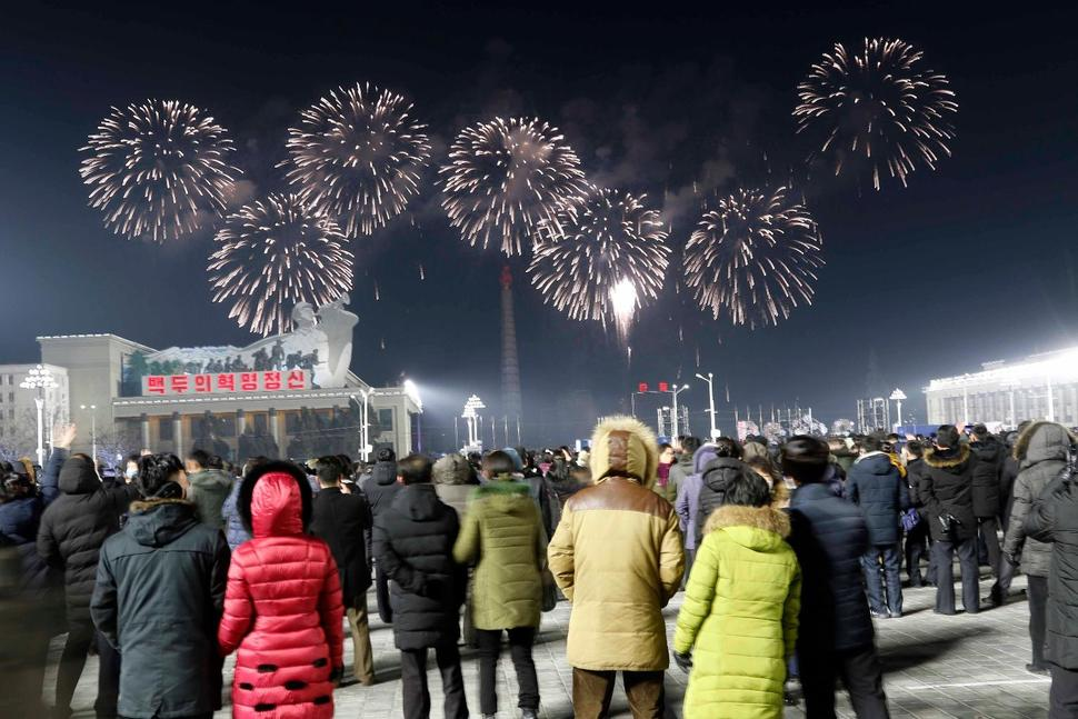 DPRK celebrates New Year with performance in central Pyongyang