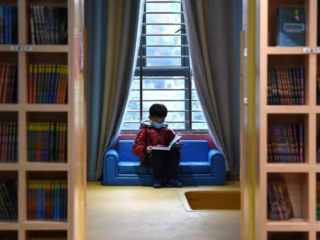 People read books at community book club during New Year holiday in Anhui