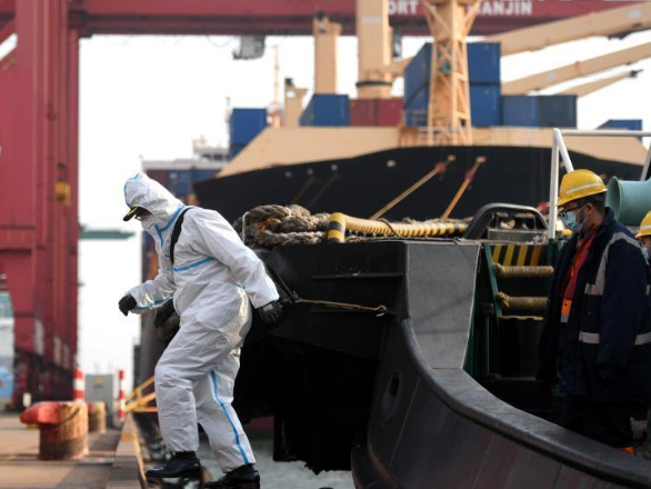 Pic story of pilots providing service to foreign ships at Tianjin Port