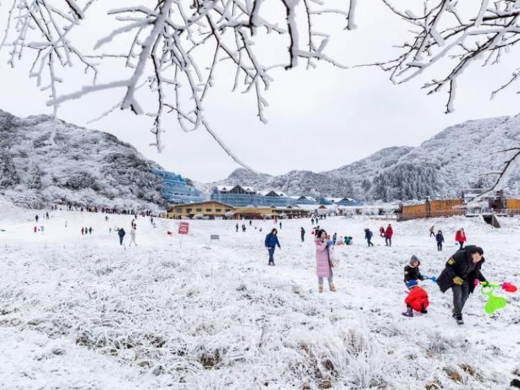 People have fun in Jinfo Mountain in SW China's Chongqing