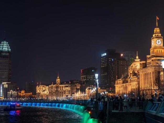 People enjoy light show in Shanghai