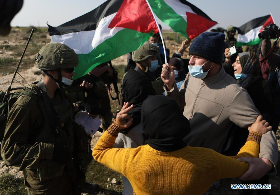 Palestinian protesters clash with Israeli soldiers in south of West Bank city of Hebron