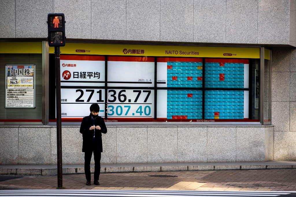 Tokyo stocks start year lower on concerns over possible virus emergency