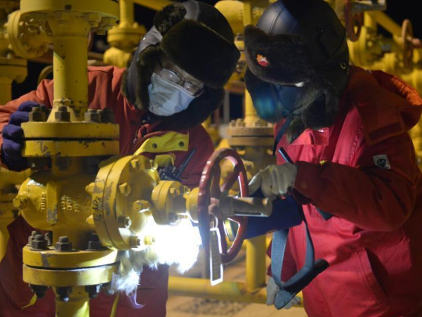 Oilfield workers stick to posts despite severe cold