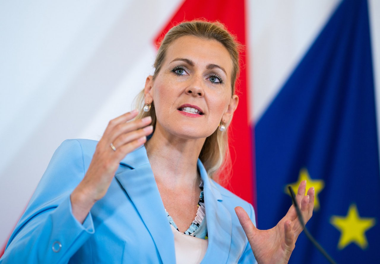 Austrian minister resigns in student plagiarism scandal