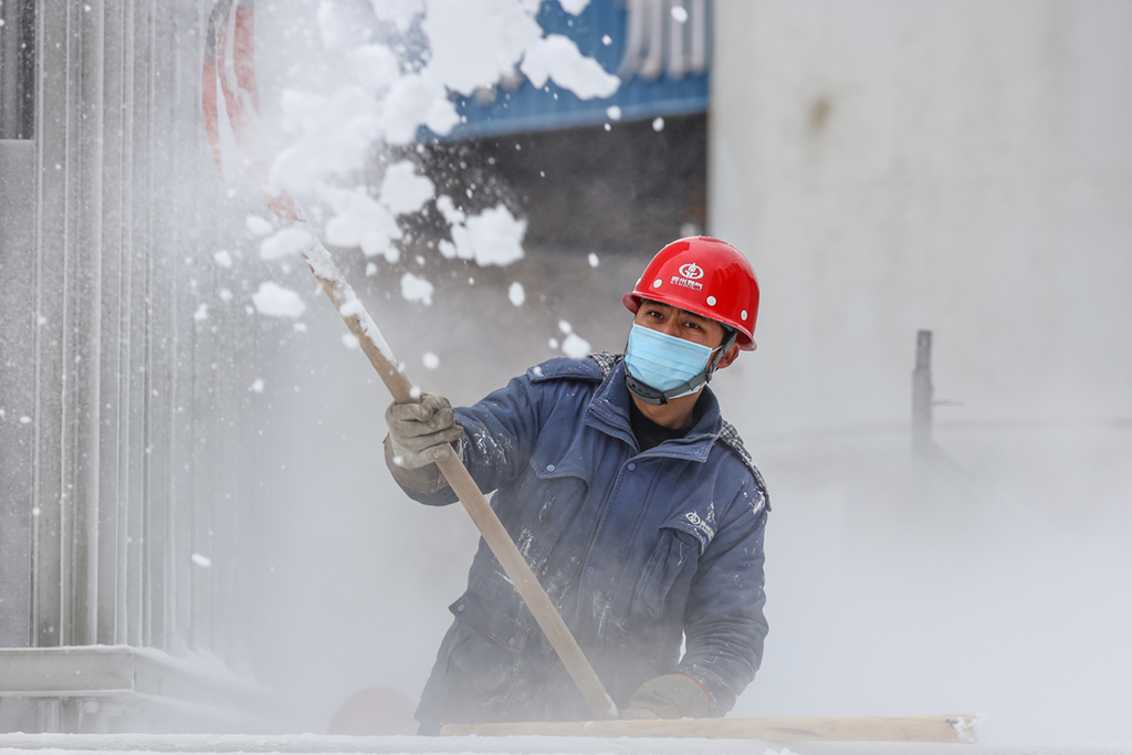 Gas staff scrapes ice, frost off gas facilities in China's Guizhou