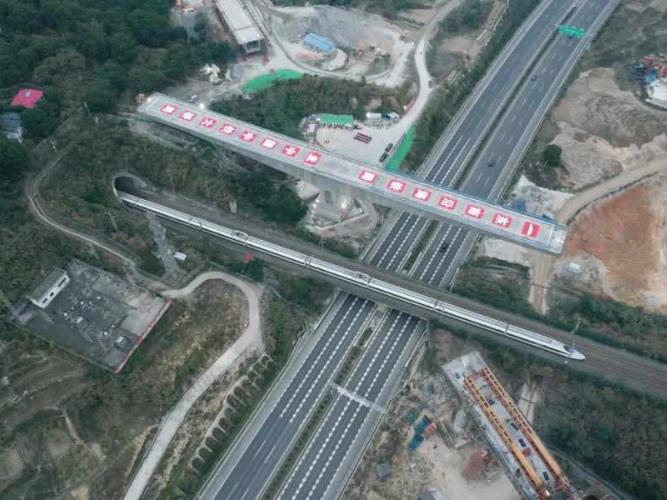 Construction site of swivel of huge girder for grand bridge of Fuzhou-Xiamen high-speed railway