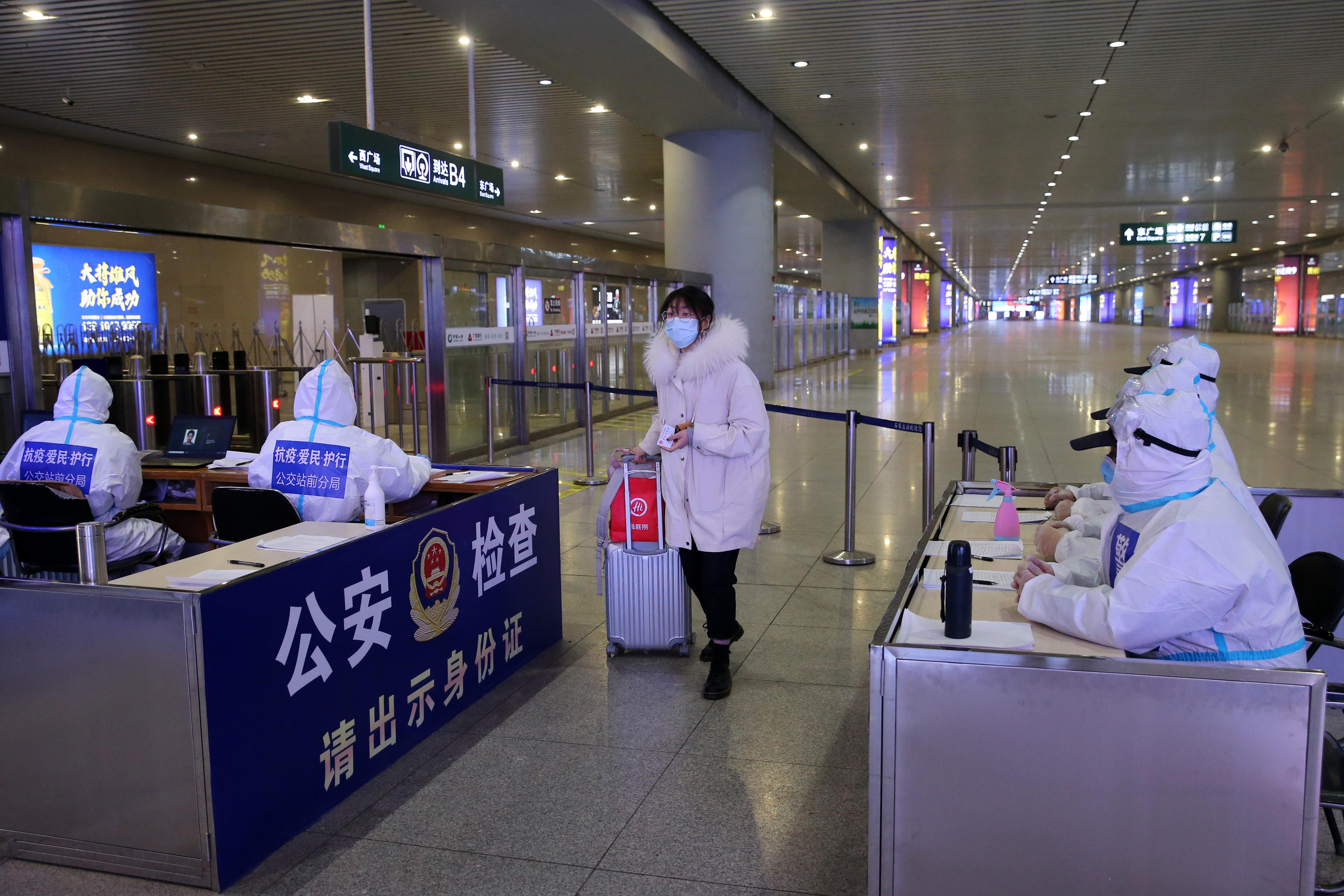 Shijiazhuang railway station checks, disinfects passengers