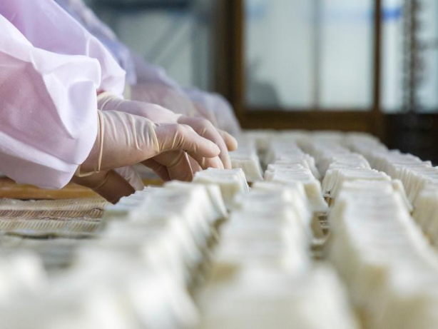 Workers busy making rice cakes to meet growing demands as Spring Festival nears