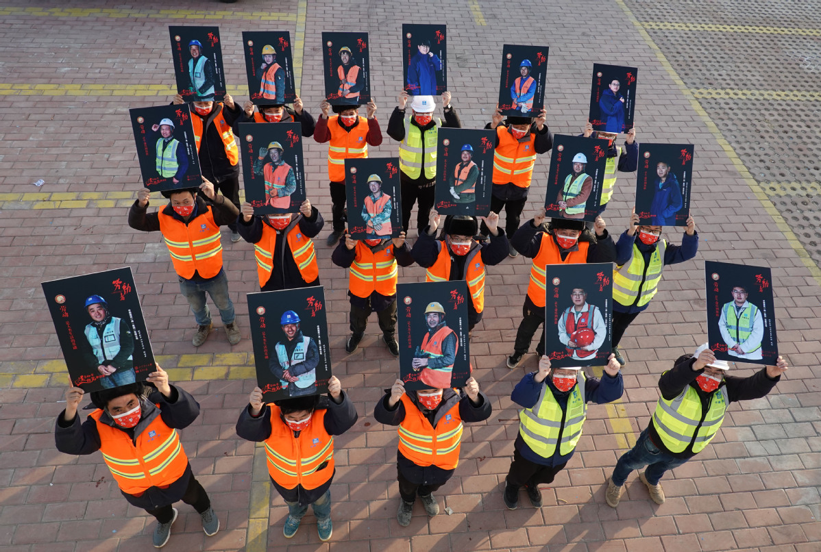 Workers receive portraits as gifts for New Year