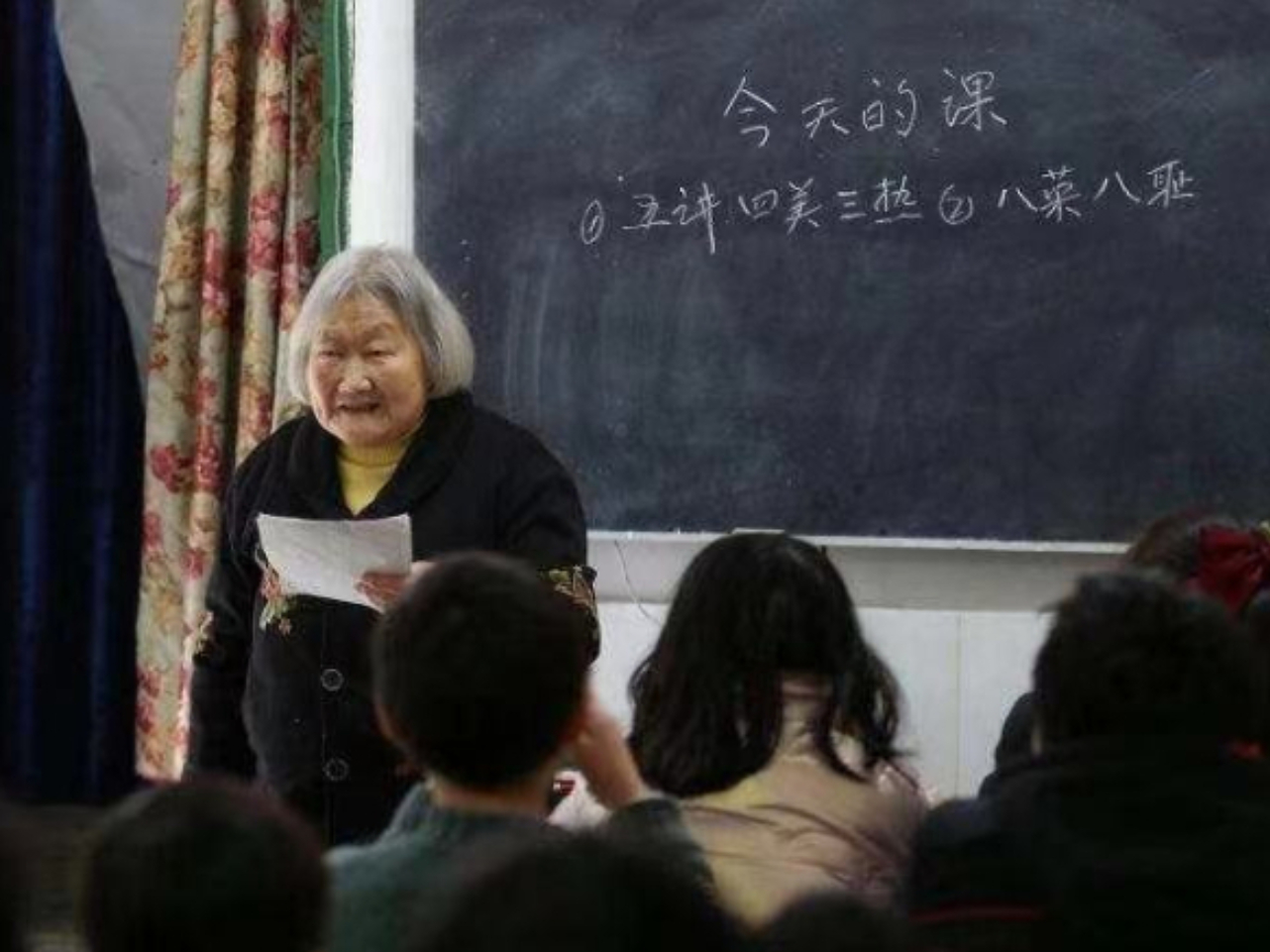 Tutor teaches children left behind in Sichuan by migrant working parents