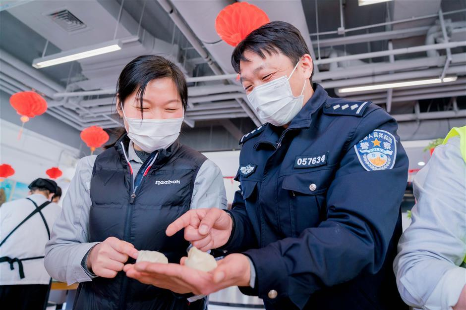 Out-of-town workers happy to stay in city over Spring Festival