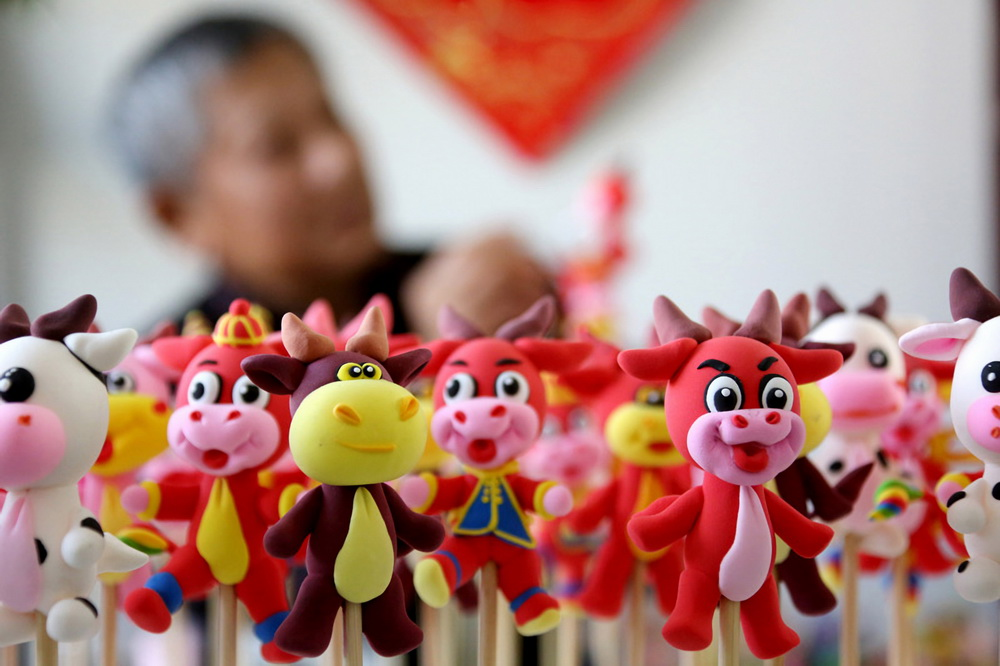 Artist creates dough figurines for children to usher in Year of the Ox