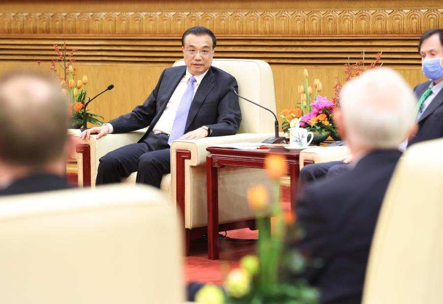 Chinese premier holds symposium with foreign experts in China