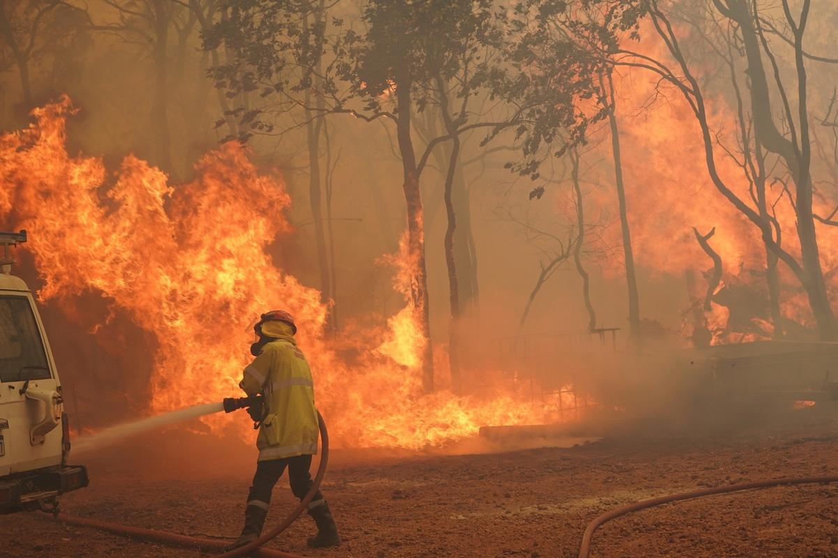 Western Australia's bushfire destroys over 70 homes