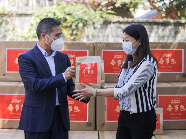 Overseas Chinese receive Spring Festival kits from Chinese Embassies