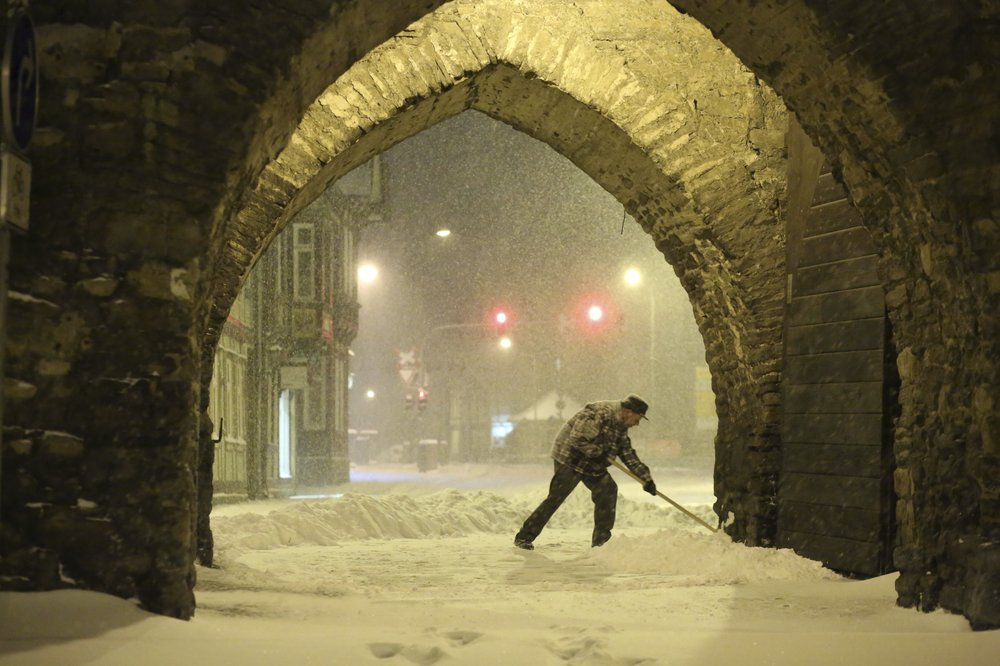 Heavy snowstorm pounds Germany, upends travel