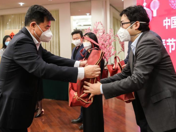 Chinese embassies, consulate generals distribute Spring Festival kits to local Chinese communities