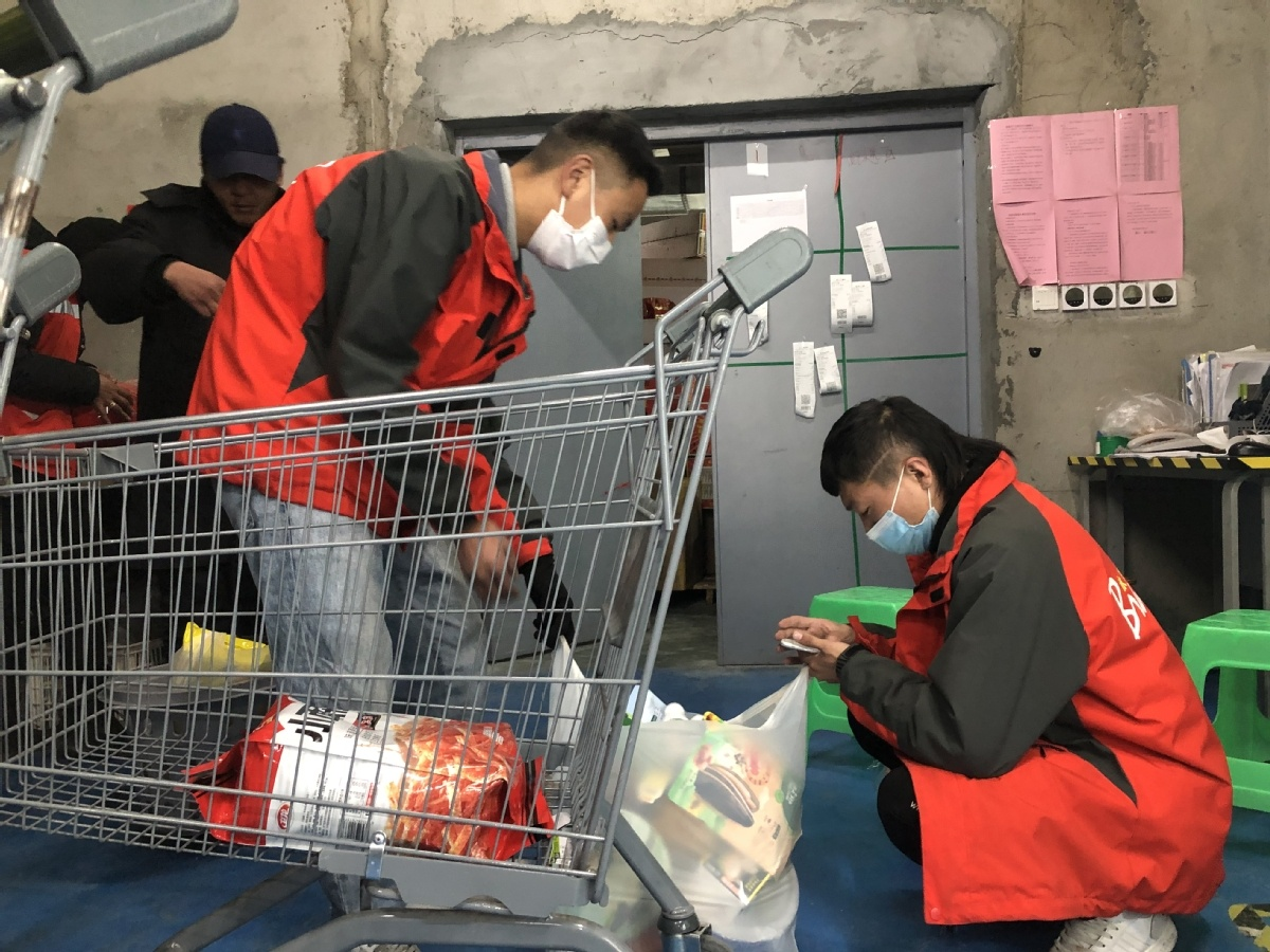 Residents in Lhasa urged to shop online ahead of New Year