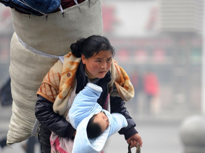 Iconic photo of tenacious mother goes viral again at Spring Festival