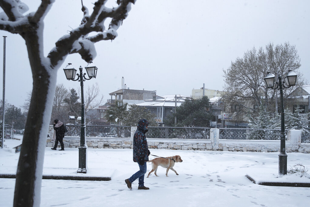 Cold weather front hits Greece, with snow in Athens
