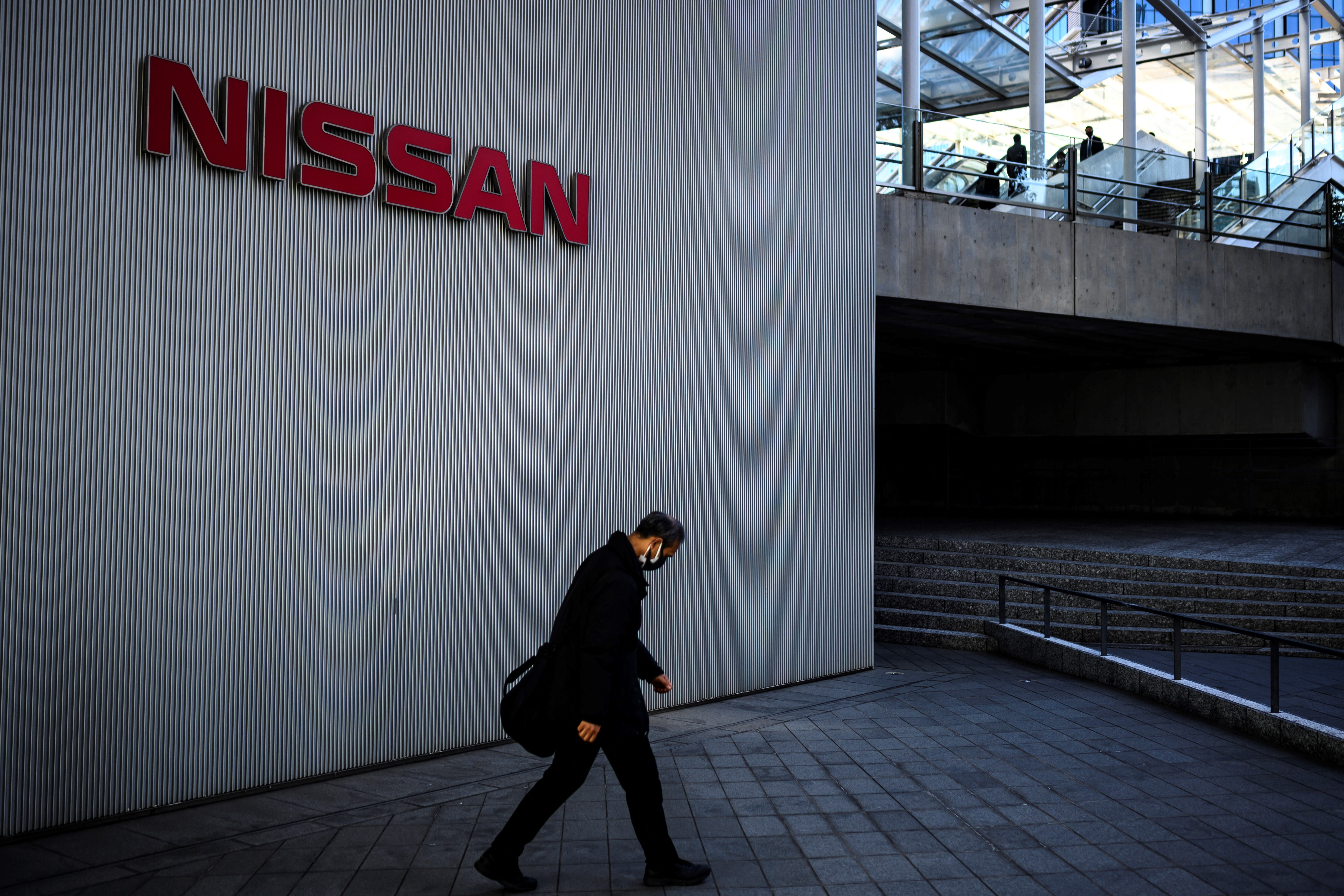 Nissan says not in talks with Apple on self-driving cars