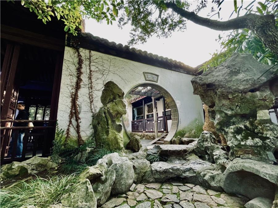 Holiday tourists flock to Wuxi's Jichang Garden