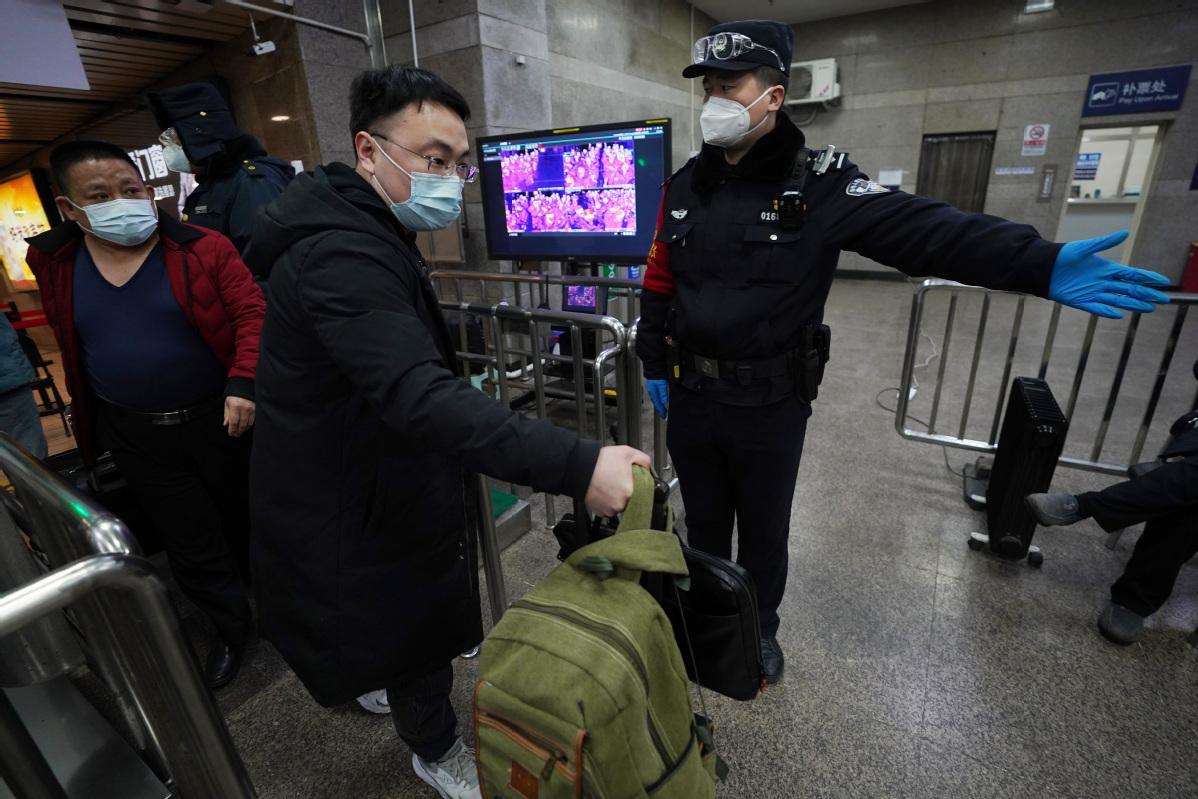 Beijing sees return travel peak as holiday ends
