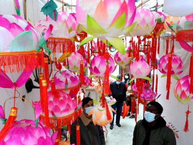 Foreign students in Fujian make lanterns to greet China's Lantern Festival