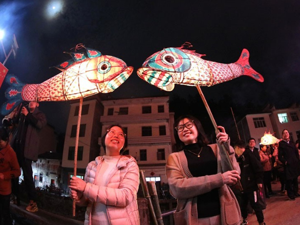 Villagers in E China's Anhui hold fish-shaped lanterns parade to celebrate Lantern Festival