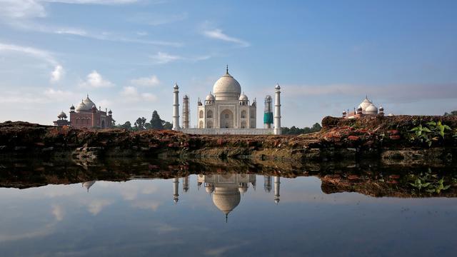 Tourists vacate Taj Mahal over bomb threat